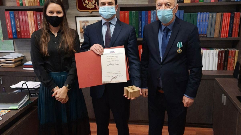 Predaja priznanja za razvoj MRC direktorju Ruskega centra, Nikolaju Gusevu