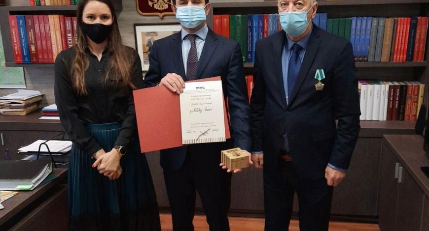 Вручение награды за развитие МИЦ Марибор директору Русского центра Николаю Гусеву